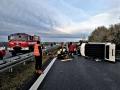 Dodávka se sedmi cestujícími bourala na D6, u nehody zasahoval vrtulník (Foto: HZS Středočeského kraje)