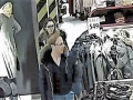 Dvojice na fotografiích ukradla oblečení za 10 tisíc. Poznáte je? (Foto: PČR)