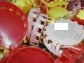 Policisté pomáhají těžce zraněnému Hynečkovi sběrem plastových víček (Foto: PČR)