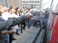 Pro štěstí postříkaly autobus všechny přítomné celebrity ( Foto: KL )