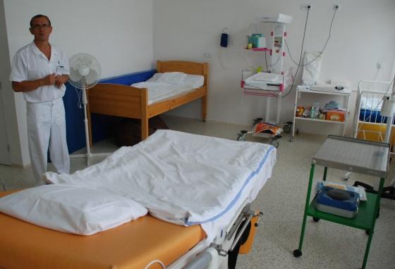 Jeden z rekonstruovaných pokojů v kladenské porodnici. Primář je z nich nadšený. Rodička v něm zůstává sama nejen s doprovodem, ale také celou dobu po porodu i se svým potomkem. (Foto: KL)