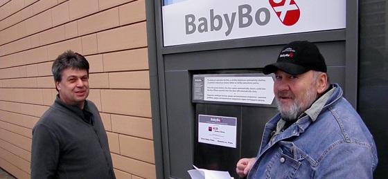 Zdeněk Juřica (vlevo) a Ludvík Hess u babyboxu v Kladně (Foto: KL)