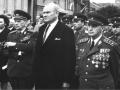 V roce 1970 se generál Jaroslav Selner (první zprava) zúčastnil spolu s armádním generálem Karlem Klapálkem (první zleva) oslav osvobození v Novém Městě nad Metují, rodišti generála Klapálka. (Foto: Archív rodiny Selnerovy)