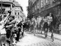 Plukovník gšt. Jaroslav Selner vjíždí včele své brigády na Staroměstské náměstí v Praze při slavnostní přehlídce 17. května 1945 (Foto: Archív rodiny Selnerovy)