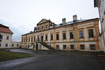 V nevyužívaných prostorech chátrajícího zámku Budenice se budou léčit drogově závislí