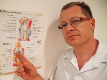 Lékař František Picek ukazuje na ilustraci, v kterých místech na koleně zákrok provedl (Foto: KL)